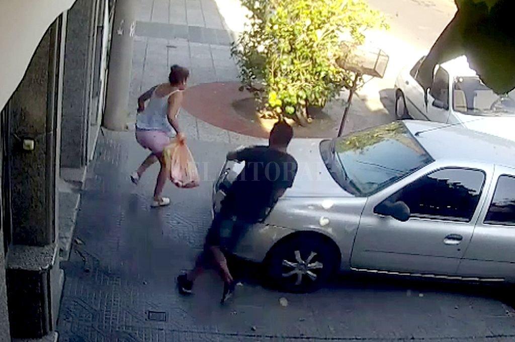 La mujer escapa ante la presencia del delincuente, que la alcanzó a los pocos metros aunque finalmente no pudo robarle. Crédito: Captura digital