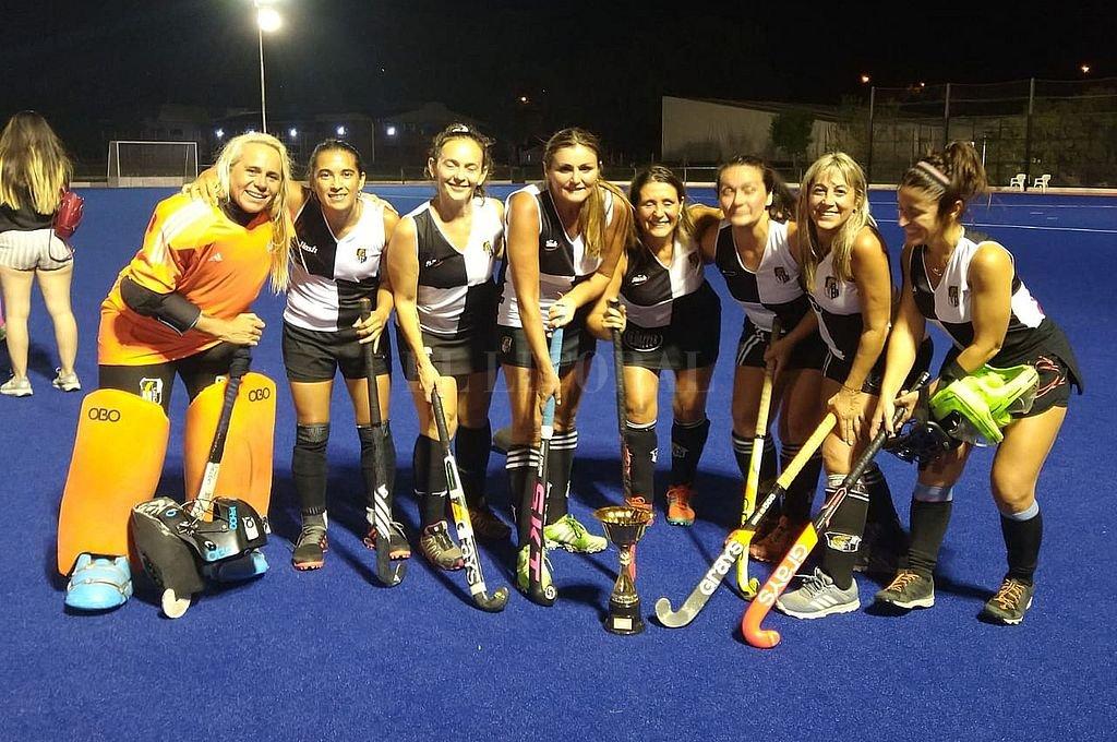 Las campeonas de Oro. CAE Negro, del Club Estudiantes de Paraná, obtuvo la Copa de Oro del Seven Nocturno de Mamis Hockey jugado en la cancha de césped sintético de agua de la ASH. Venció en la final a CEC Azul por 3 a 2 en un emocionante partido.  Crédito: El Litoral