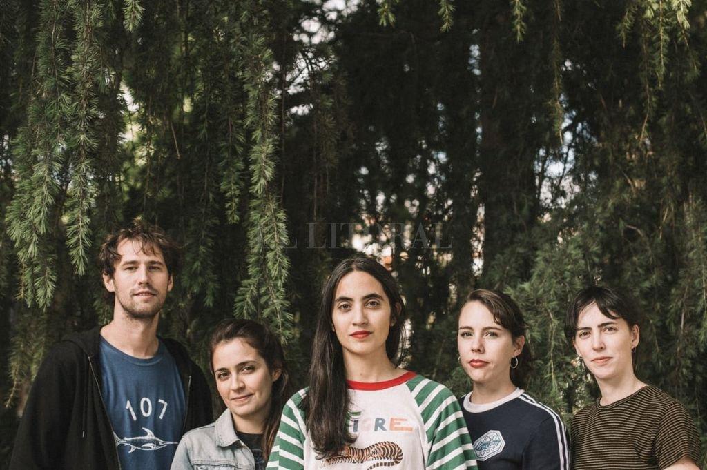 """A casi dos años de """"Fuego Artificial"""" y en medio de nuevos singles, Anabella Cartolano proyecta un tercer álbum donde el sonido de Las Ligas Menores tenga """"más cuerpo"""". Crédito: Gentileza Sergio Albert"""