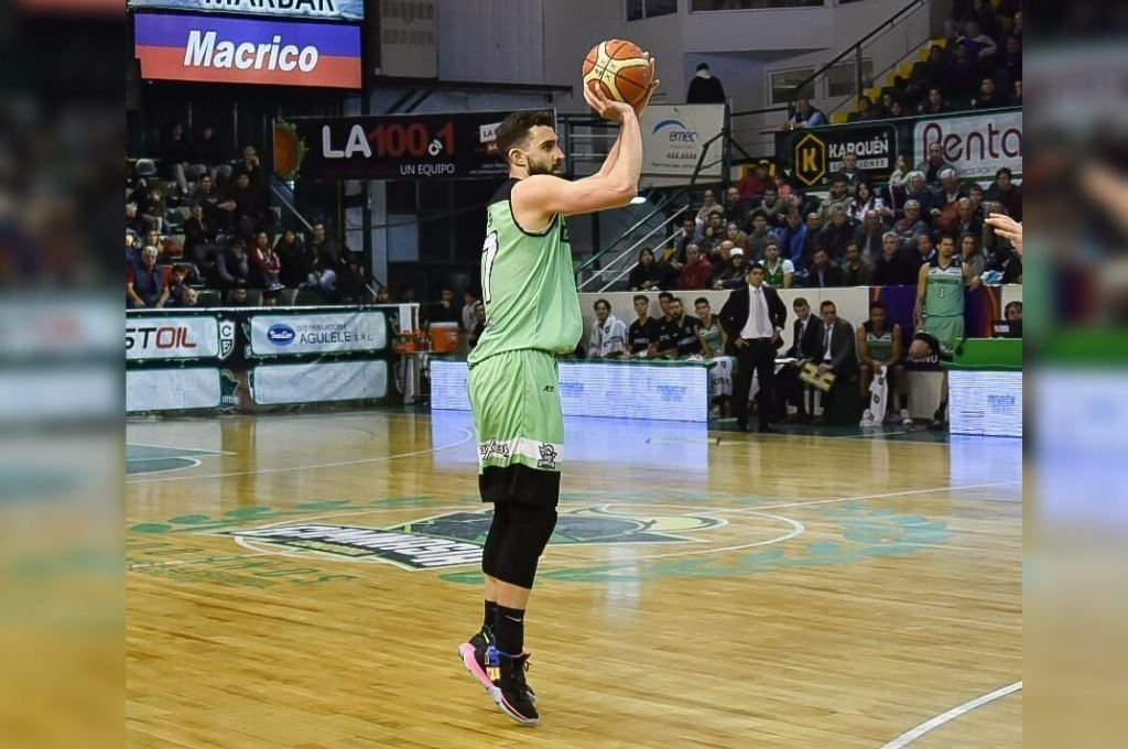 Sebastián Vega. El jugador entrerriano tiene 31 años y mide 2 metros de estatura.   Crédito: Archivo El Litoral