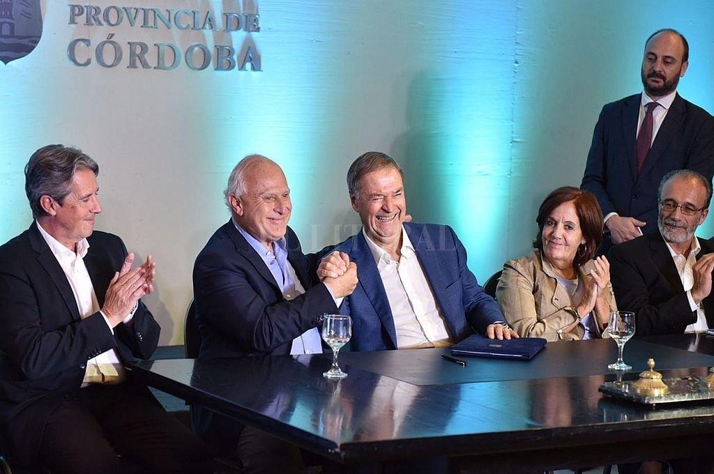 Lifschitz y Schiaretti firmaron en abril del año pasado el convenio interprovincial que ahora espera sanción de las legislaturas. Las provincias buscan financiamiento externo. Crédito: El Litoral