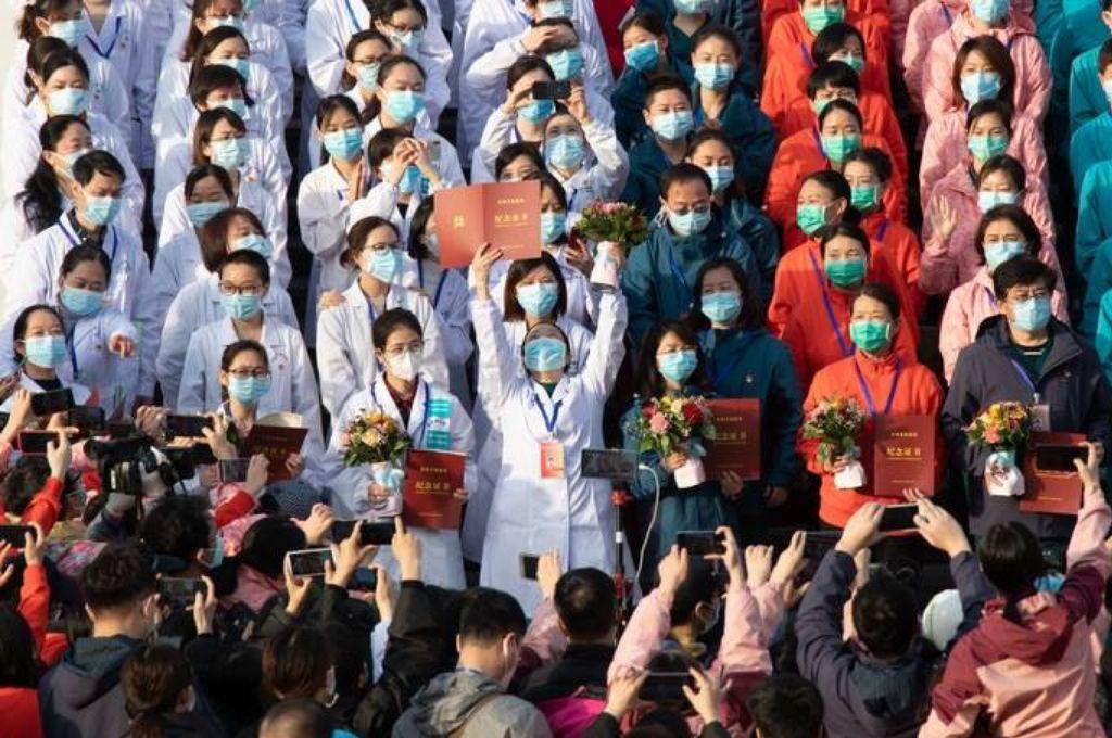 El personal médico celebra después de que todos los pacientes fueran dados de alta en el hospital Wuchang Fangcang. Crédito: Gentileza
