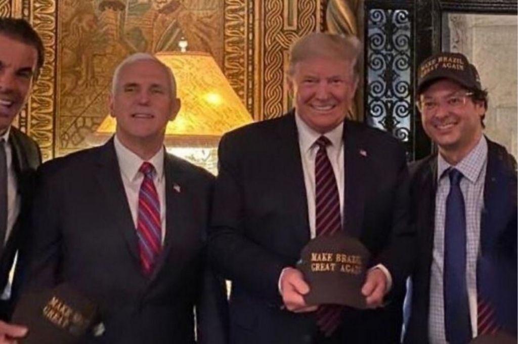 El funcionario con lentes y gorra que se encuentra junto a Trump es quien contrajo coronavirus.   Crédito: Gentileza