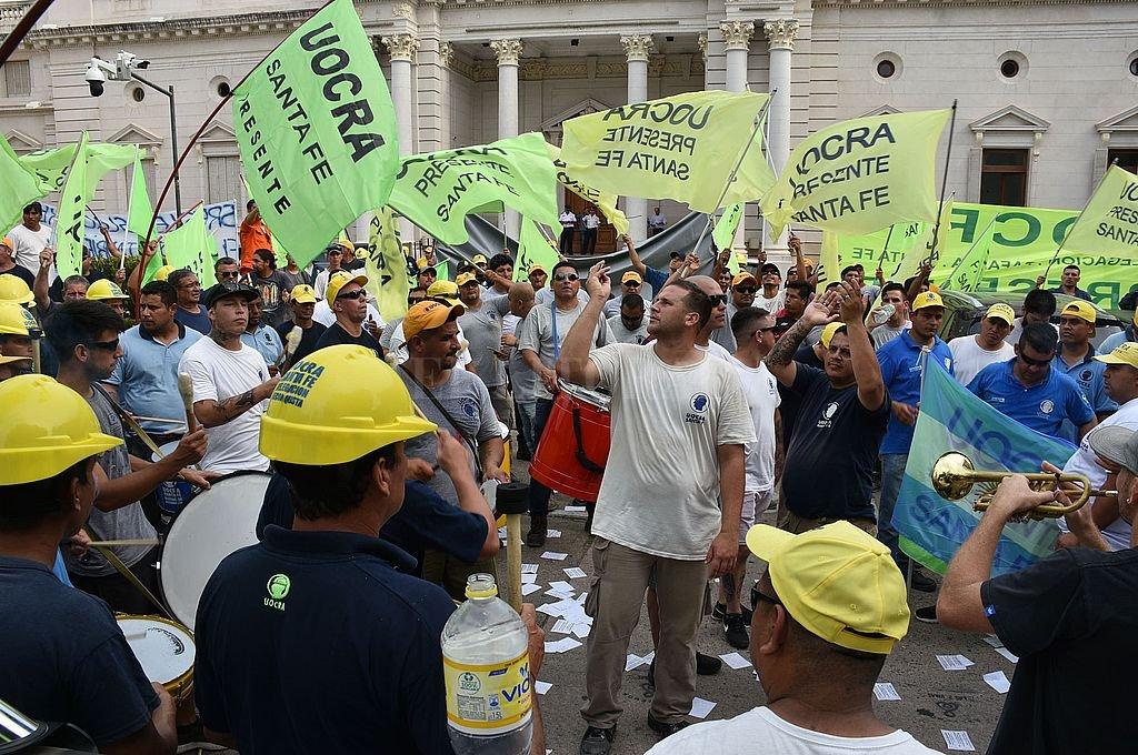 Cientos de obreros de la construcción estuvieron toda la tarde frente a Legislatura y una comisión de ellos fue atendida sobre el final de la tarde. Piden el tratamiento de la ley de Necesidad Pública. Crédito: Luis Cetraro