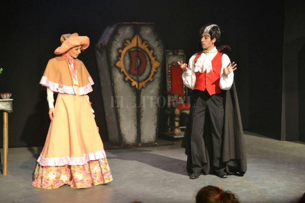 Las resonancias del clásico literario de Bram Stoker están presentes en la adaptación libre que hizo la escritora paraguaya Patricia Reyna, que fue llevada a escena por el los actores santafesinos.  Crédito: Gentileza grupo Amalgama