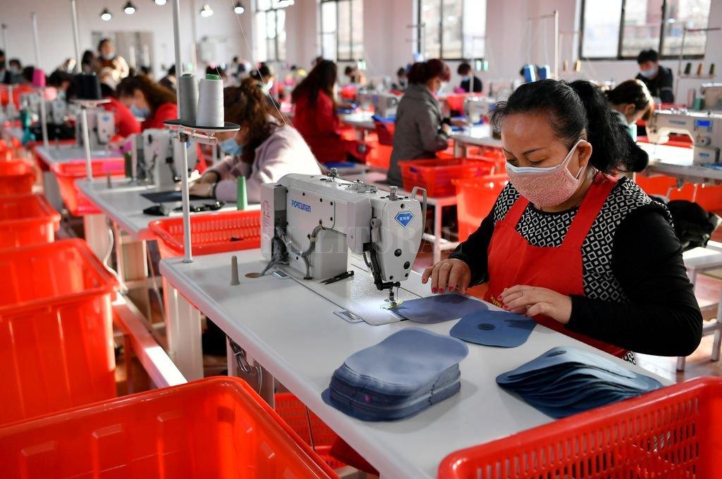 """""""Todo viene de china""""... por eso las fábricas chinas toman medidas para prevenir y detener la propagación del nuevo coronavirus.  Crédito: Agencia Xinhua"""