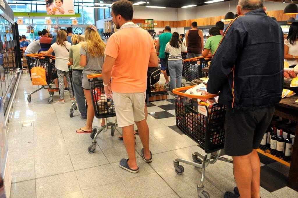 Colas interminables. En Santa Fe los supermercados e hipermercados estuvieron repletos durante toda la jornada. Crédito: El Litoral.