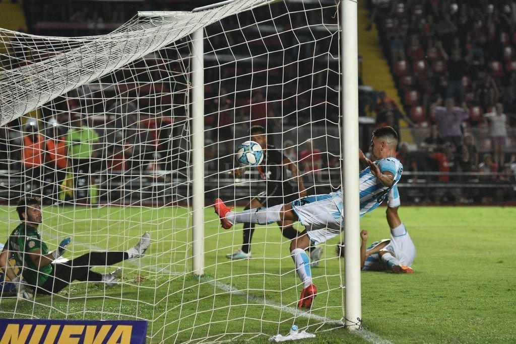 El último gol de Colón, marcado por Morelo frente a Racing. Crédito: Pablo Aguirre