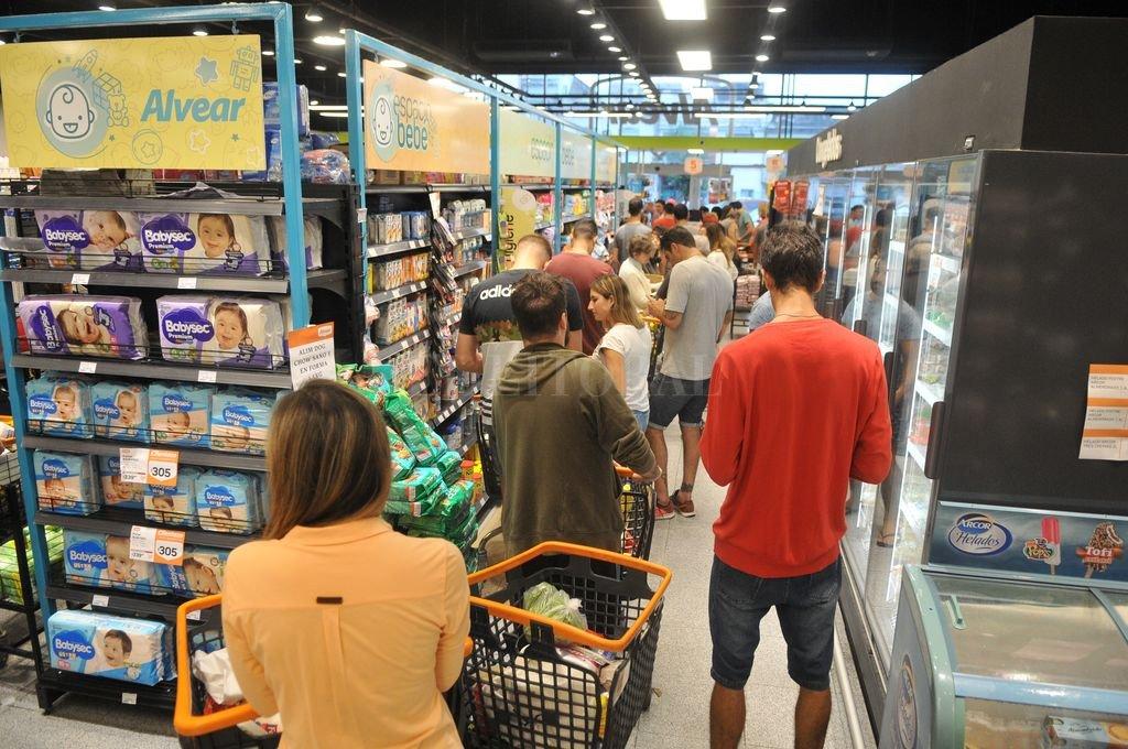 Largas filas. La desesperación de la gente por abastecerse se notó en varias cadenas de supermercados de la ciudad. Crédito: Eduardo Seval