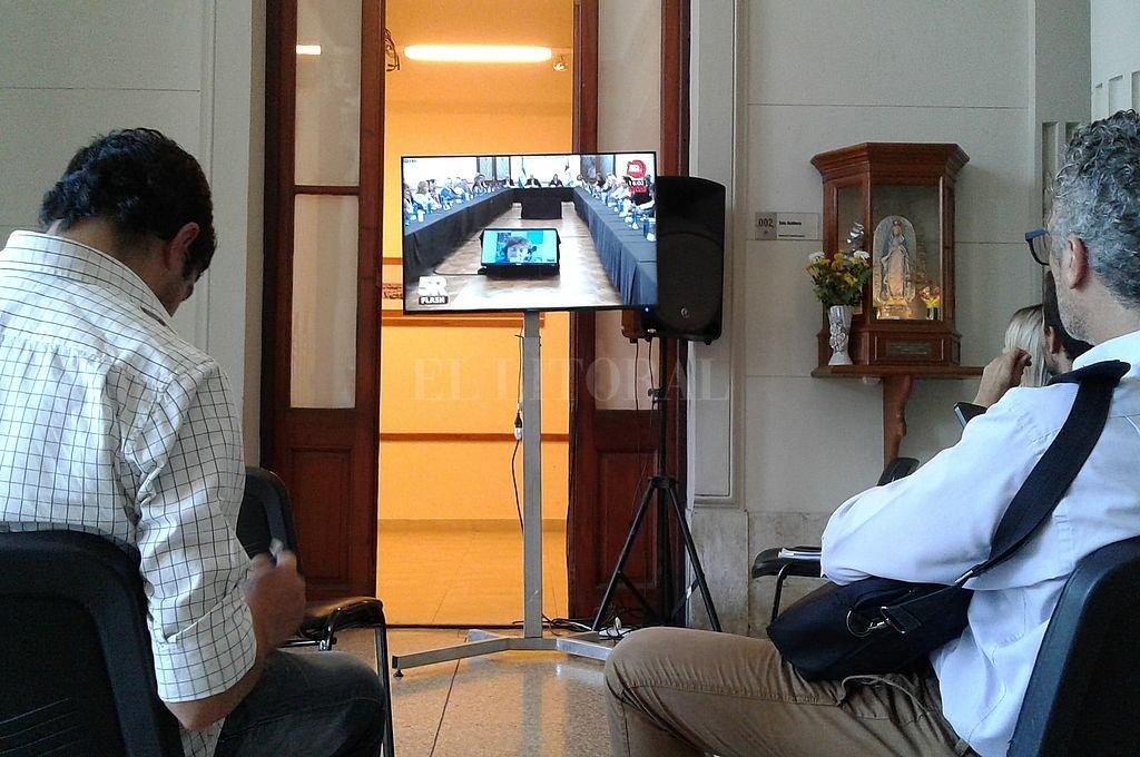 La videoconferencia de Roses Periago y la reunión de expertos tuvo lugar en el Salón Blanco. Los periodistas siguieron la transmisión oficial desde el hall de Casa de Gobierno Crédito: El Litoral