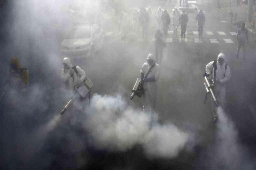Los bomberos iraníes desinfectan las calles de la capital, Teherán, en un intento por detener la propagación del coronavirus. AFP