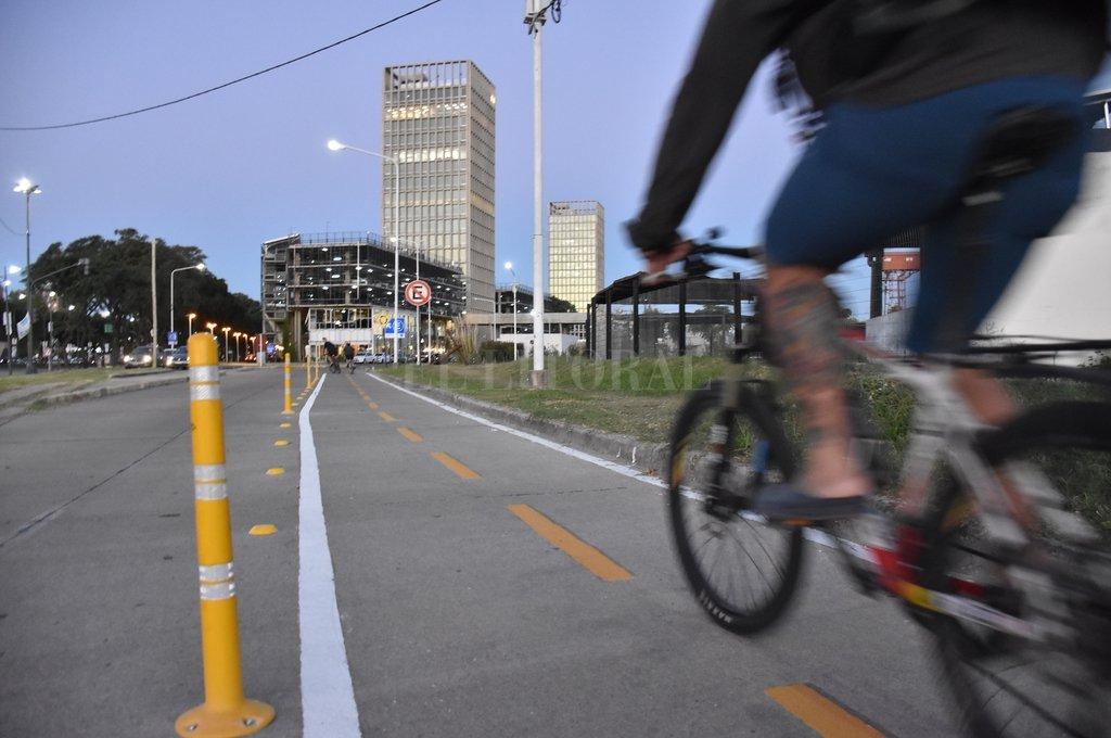 Individual. Hay que quedarse en casa, pero ante la necesidad extrema, la bici es el mejor transporte. Crédito: Manuel Fabatía