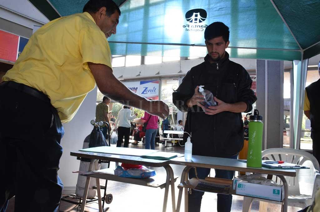 En la terminal hay dispuesta una posta sanitaria de control y consultas Crédito: Guillermo Di Salvatore