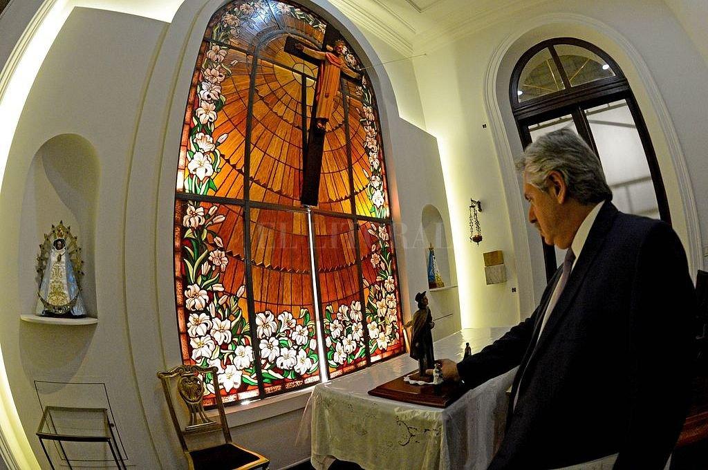 El mandatario visitó la capilla de la Casa Rosada y le rezó al cura Brochero. Crédito: Telam