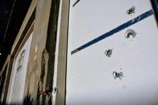 Se asomó por la ventana de la casa y la mataron a balazos