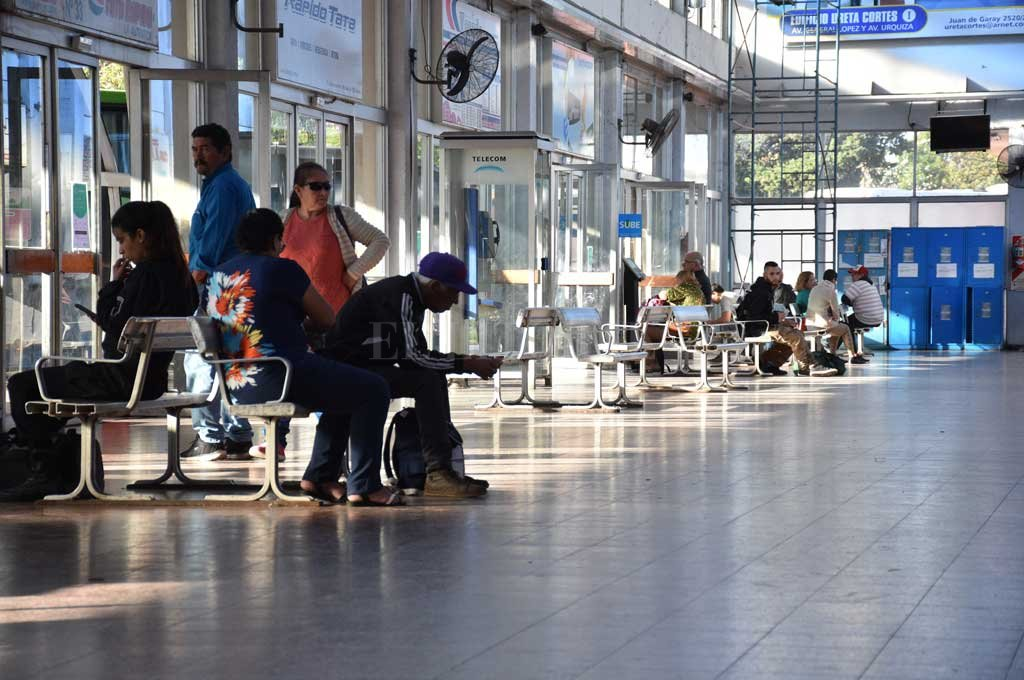 Poca gente en la terminal de colectivos de Santa Fe.  Crédito: Guillermo Di Salvatore