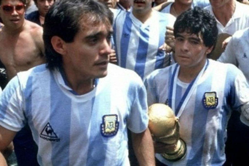 Pedrito Pasculli adelante y Diego Maradona, con la copa del mundo, atrás, en aquella siesta inolvidable en el Azteca de México, el 29 de junio de 1986. Crédito: Archivo El Litoral
