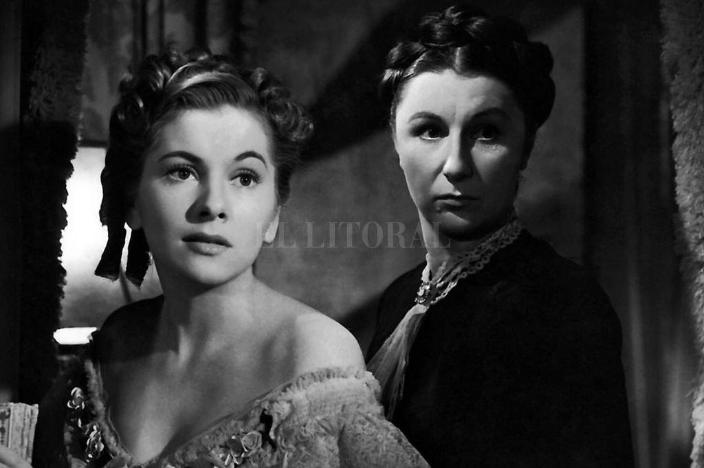 """La nueva señora de Winter (Joan Fontaine) es apabullada por el recuerdo de Rebeca y por la presencia malsana de la señora Danvers en una escena de """"Rebeca"""".  Crédito: Archivo El Litoral"""