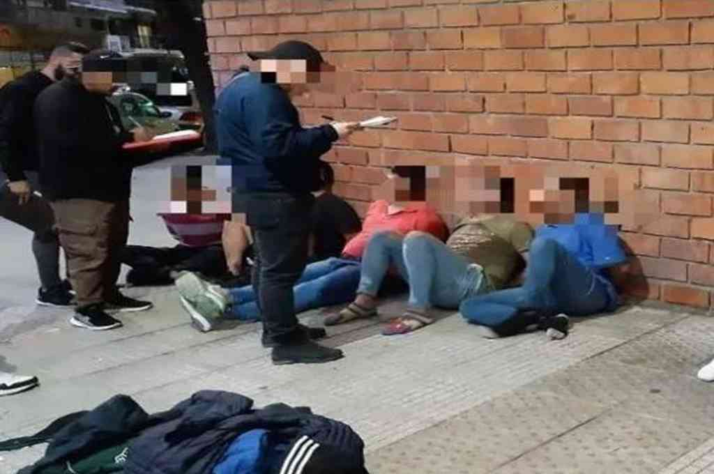 Los primero detenidos de esta madrugada fueron siete hombres, uno de ellos armado, en el barrio porteño de Belgrano Crédito: Gentileza