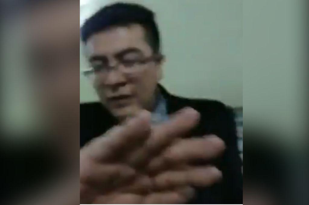 El video capta la cara del funcionario saliendo del departamento mientras es desalojado por la policia.   Crédito: Redes sociales