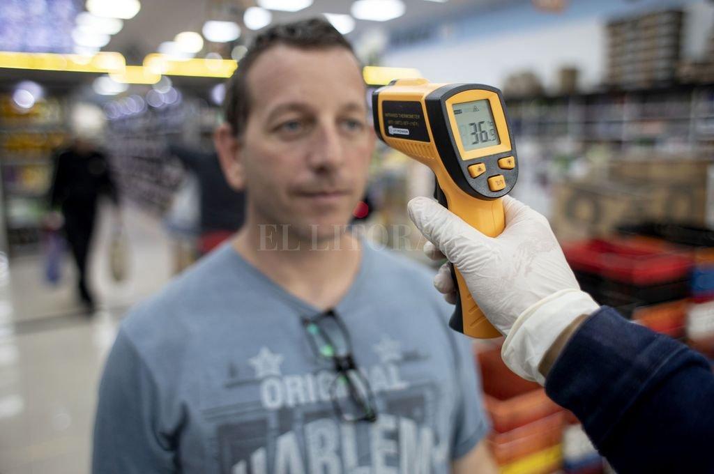 Control de temperatura en un supermercado.  Crédito: Agencia Xinhua