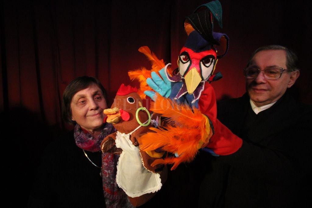 Oscar Caamaño y Cristina Pepe de El Retablo de las Maravillas, junto a algunos de sus títeres de creación propia. Crédito:  Archivo El Litoral / Mauricio Garín