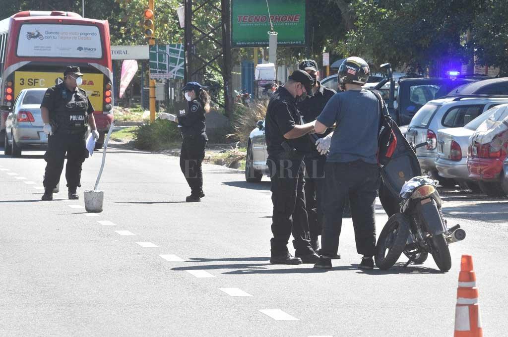 Fuertes controles policiales en las calles santafesinas Crédito: Flavio Raina