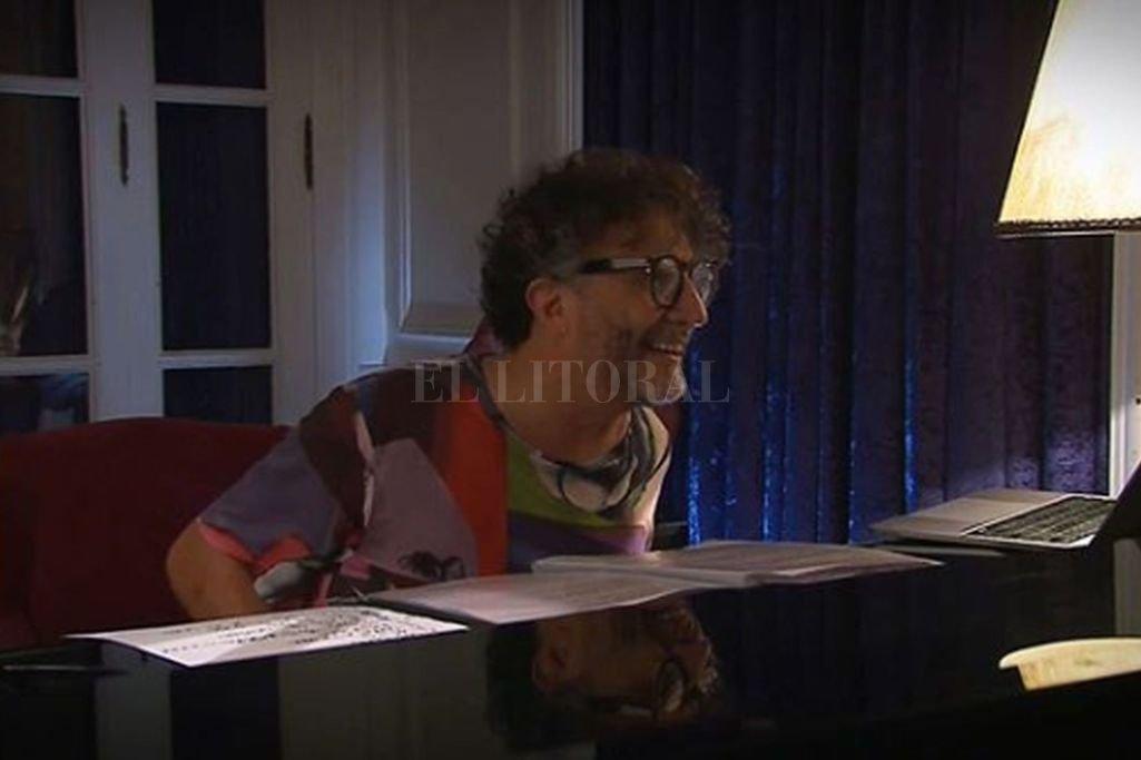 A solas con su piano, una vitrola como único decorado de fondo y una carpeta de canciones sobre su instrumento, el rosarino fue eligiendo sobre la marcha el material a tocar. Crédito: Gentileza Fito Páez