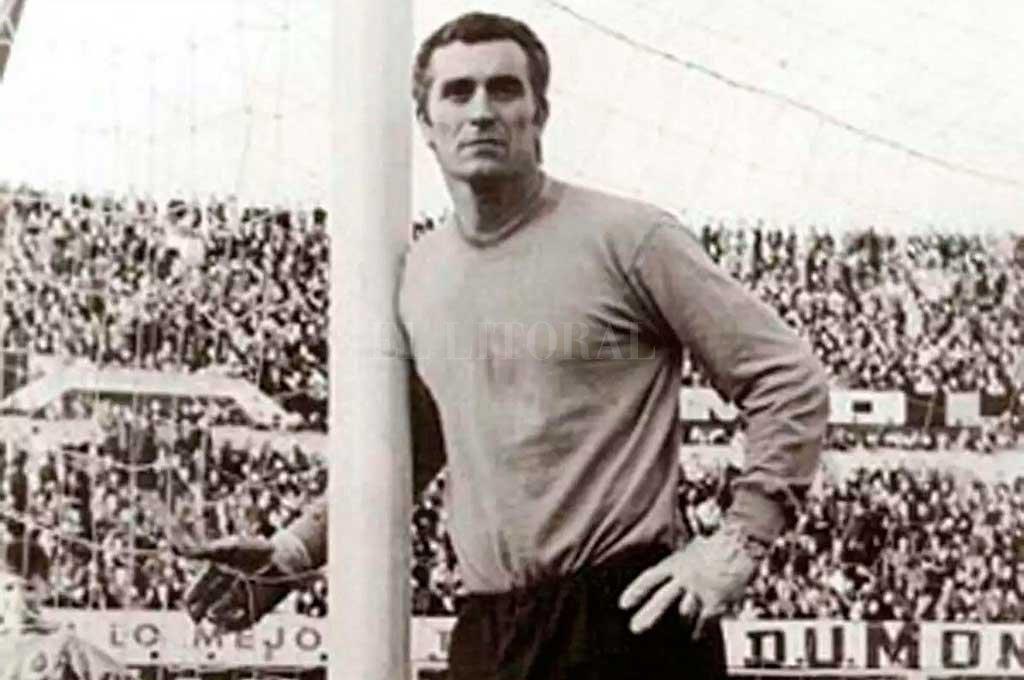 """El dueño del arco. Toda una postal del gran Amadeo Carrizo, parado al lado de caño y como cerrando la red de su propio arco. Para muchos, se fue el más grande golero de todos los tiempos en el fútbol argentino a los 93 años. Fue, entre otros logros con varios títulos, el arquero de """"La Máquina"""" Crédito: El Litoral"""