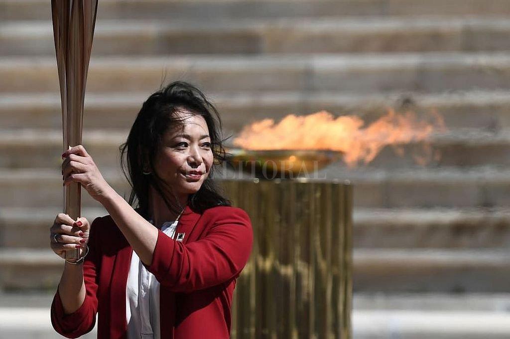 El orgullo de Imoto Naoko al recibir el fuego olímpico griego e ingresarlo a Japón.  Crédito: Sitio Oficial Tokio 2020