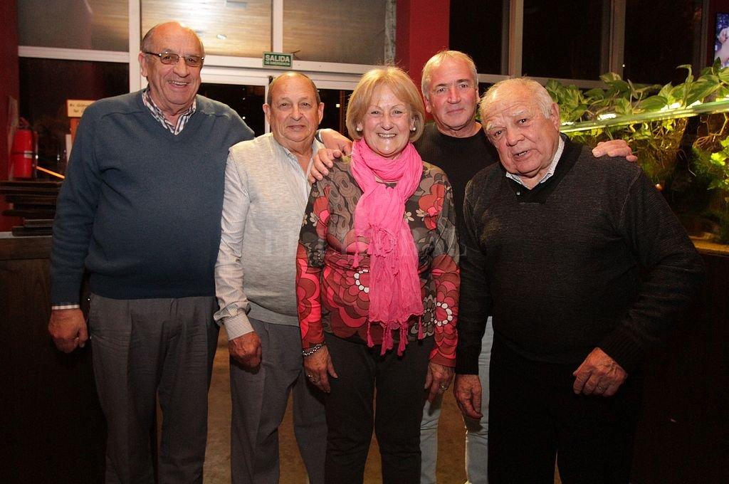Juan y Liria Salemi. En el centro de la imagen y rodeados por otros dirigentes de clubes liguistas. Crédito: Manuel Fabatia