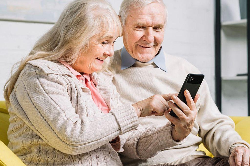 """Los celulares ofrecen herramientas para realizar ejercitaciones neuronales. Esto, sumando a los hábitos saludables, mantienen la """"reserva cognitiva"""", esa barrera a los factores de riesgo que pueden derivar en enfermedades como el Alzheimer. Crédito: Gentileza"""