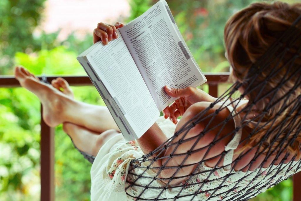 Leer durante esta etapa de aislamiento forzado, puede ser la excusa para hallar mundos nuevos y redescubrirnos.  Crédito: Archivo El Litoral