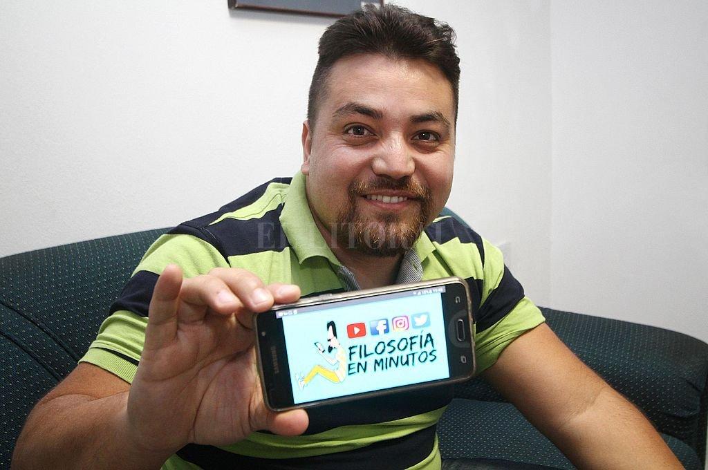 Masividad. En su canal de Youtube tiene más de 67 mil suscriptores a los que lleva sus explicaciones virtuales. Crédito: Pablo Aguirre / Archivo