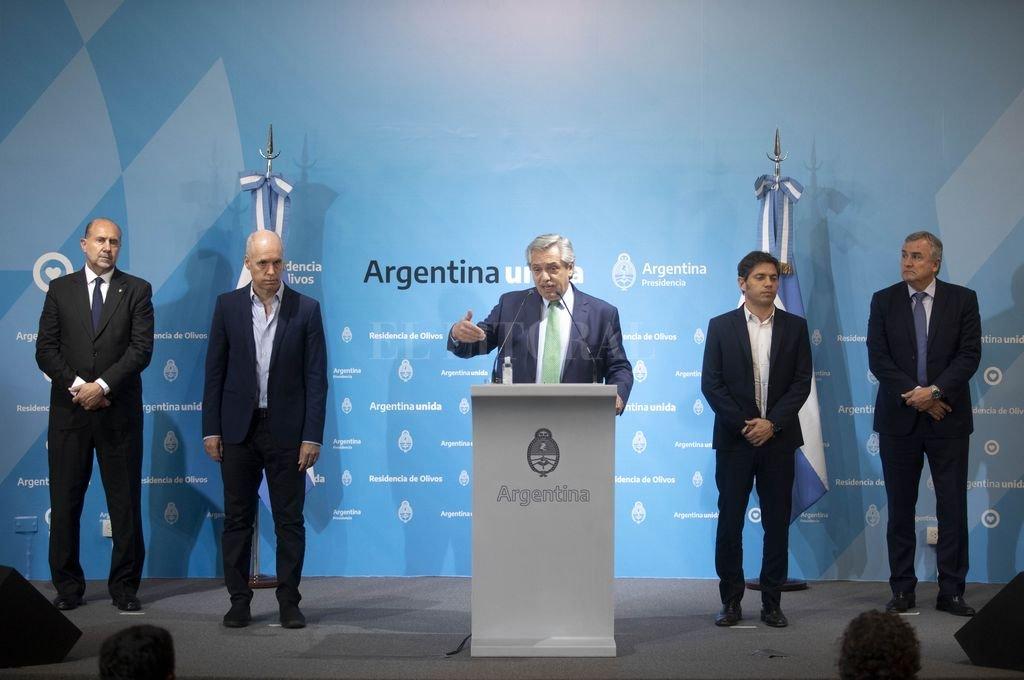Alberto Ángel Fernández es el Jefe. El escenario de su discurso del jueves es elocuente. En el escenario Rodríguez Larreta, Perotti, Kicillof y Morales. Crédito: Agencia Xinhua