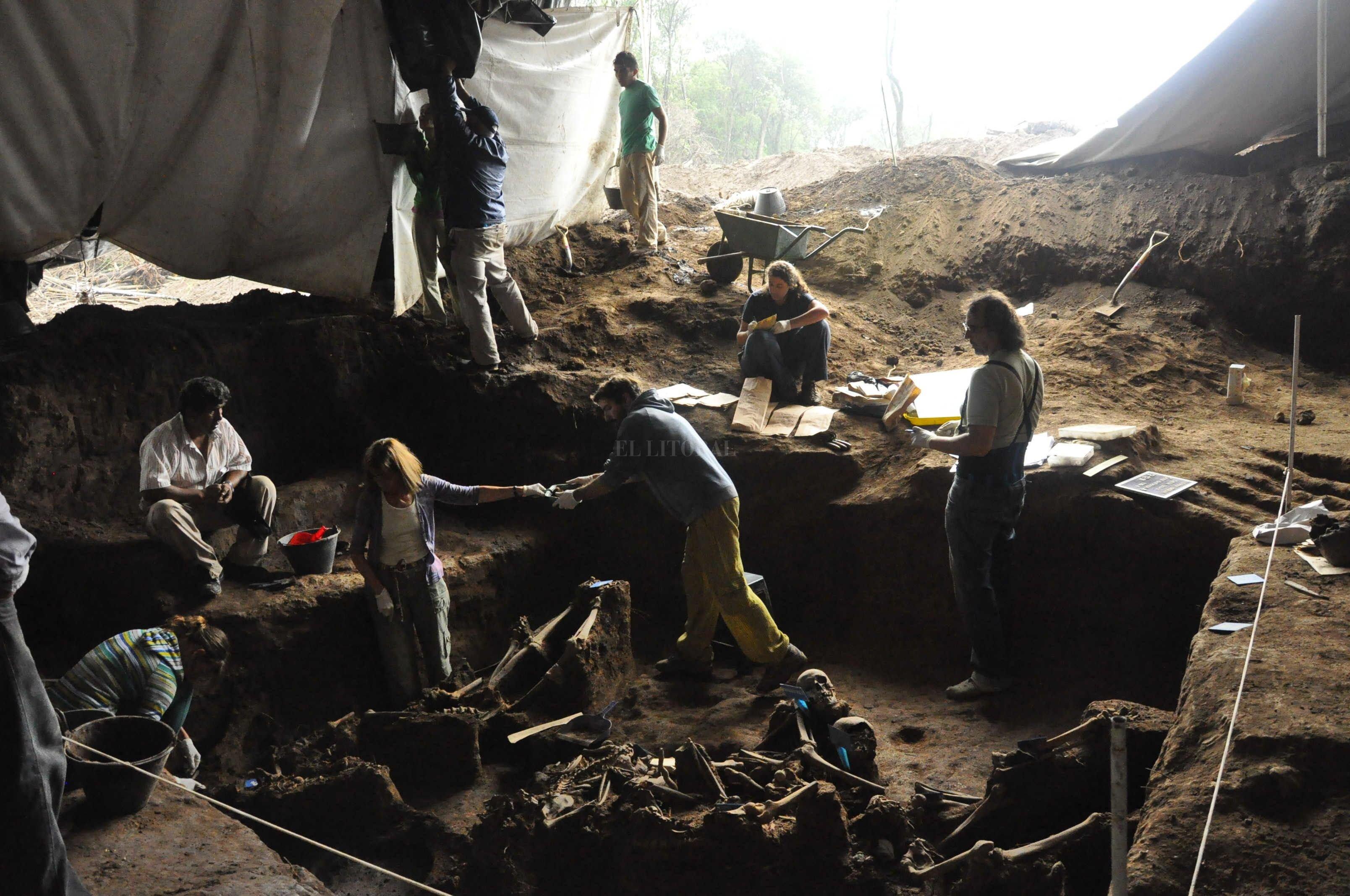 El Equipo de Antropología Forense trabajando en una fosa común en la provincia de Tucumán.  Crédito: Archivo El Litoral