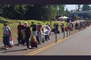 """Iguazú: denuncian que pese al cierre """"miles"""" de turistas ingresan al país a pie -  -"""
