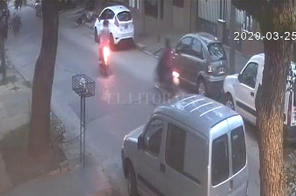 Momento en que los delincuentes cruzan su moto sobre la de la víctima. La hicieron caer y se llevaron su vehículo. Crédito: Captura digital