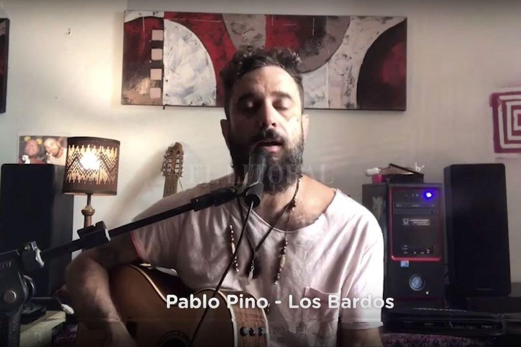 """Pablo Pino, integrante de Cielo Razzo, participando en el show """"hogareño"""" de Los Bardos, el lunes pasado. Crédito: Gentileza Ministerio de Cultura"""