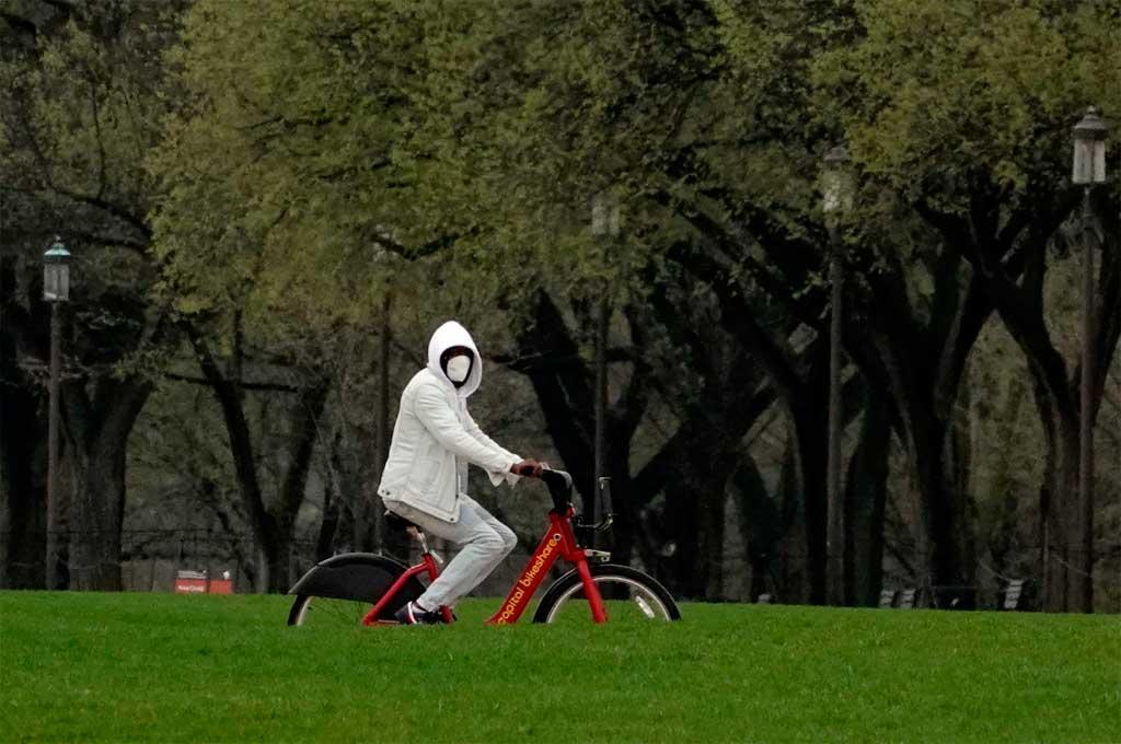 Un ciclista en el Mall de Washington con todas las medidas de prevención por el coronavirus Crédito: The Washington Post