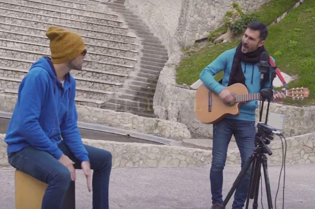 El cantautor junto a Nano Filosi, interpretando la canción en vivo al aire libre en Paraná. Crédito: Gentileza producción