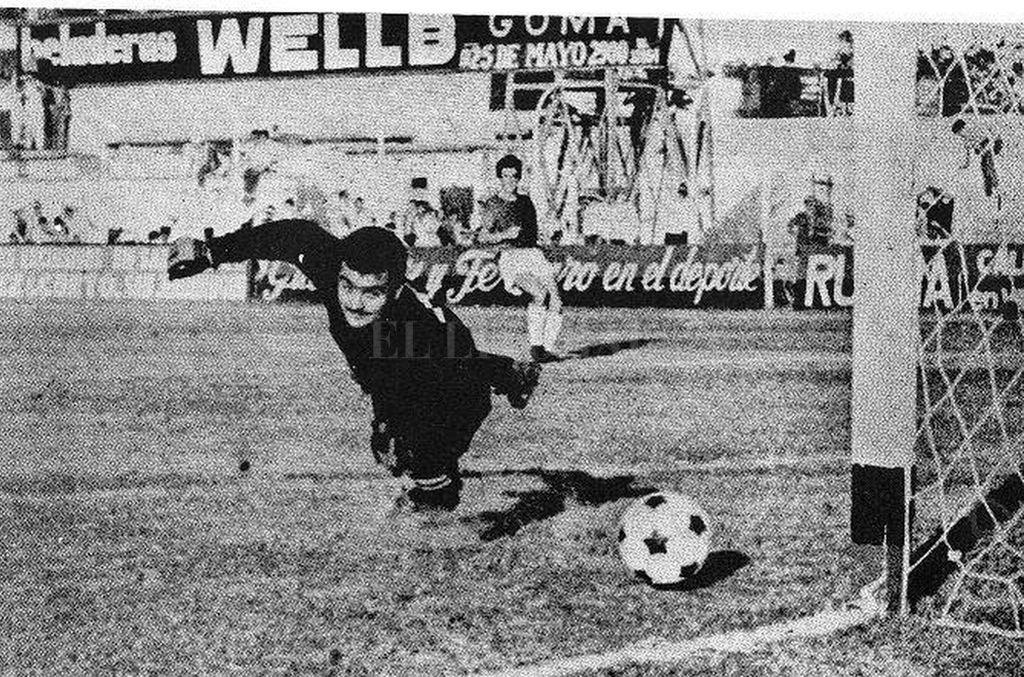 """El 3-2 del """"Mencho"""" </BREVES TXT>""""Arranqué en la octava de Colón. Fui saltando todas las divisiones, y a los 16 años ya jugaba en la primera de la liga local. Y por fin el debut oficial. Después de aquel partido inolvidable que Colón le ganó al Santos por 2 a 1, el puntero derecho López tuvo un problema de pesos y no actuó al sábado siguiente. Y el señor José Canteli, que era el técnico, me puso a mí, que tenía 18 años: fue contra Chicago, en Mataderos, y perdimos 5 a 1. Al año siguiente ganamos el ascenso a primera con un equipazo"""", contaba el """"Mencho"""" Balbuena. En la foto, el 3-2 a Peñarol  Crédito: El Litoral"""