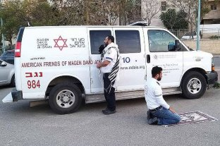 La foto de los paramédicos rezando que dio la vuelta al mundo