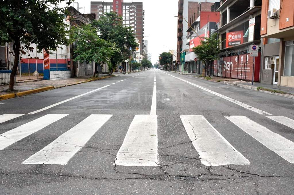 Vacía. Así lucía calle Rivadavia en la mañana del sábado. Crédito: Guillermo Di Salvatore.