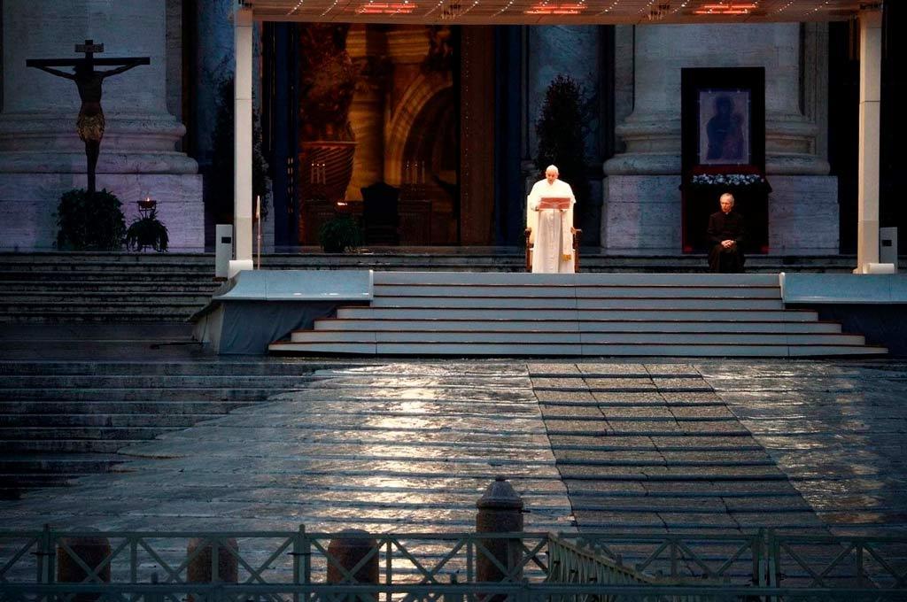 En soledad. Este viernes el Sumo Pontífice brindó un histórico mensaje al mundo ante una Plaza San Pedro totalmente vacía. Crédito: Gentileza.