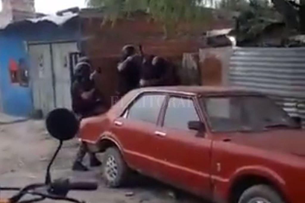 Vecinos defendieron al arrestado y apedrearon los móviles policiales. Crédito: Gentileza