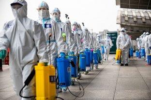 Cronología del coronavirus, la pandemia que paralizó al mundo - Desinfección de una estación de trenes en la ciudad china de Wuhan, el lugar donde todo comenzó. -