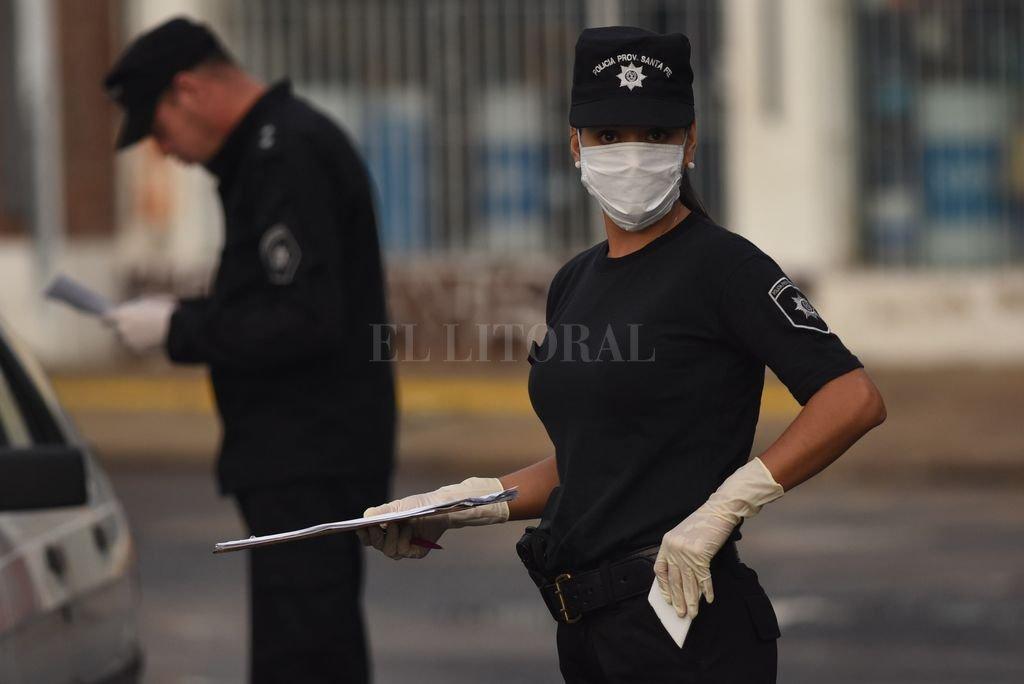 Se analiza flexibilizar restricciones en la cuarentena para que algunos rubros vuelvan a las actividades - Controles policiales. -