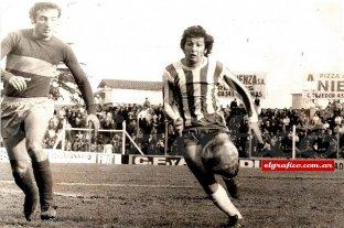 El hombre de los 7 goles en un partido y un doping que no fue - La imagen de Juanchi Taverna en un mano a mano con Rogel. Después, el goleador de Banfield jugó en el Boca del Toto Lorenzo. -
