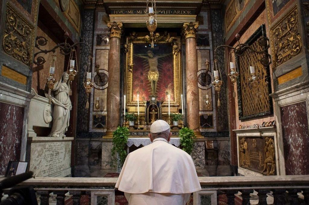 """El Papa Francisco reza ante el crucifijo de """"La Gran Peste"""". Crédito: Prensa Vaticano"""